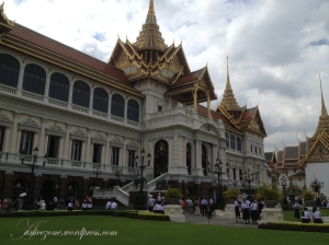 Chakri Maha Phrasat Hall, terbagi menjadi central hall dengan dua sayap bangunan. Ada museum senjata di lantai bawah.