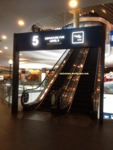 Sign di depan eskalator: Departure to Level 6, Hollywood